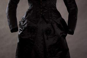 Suknia jedwabna czarna około 1875-1880 -9117