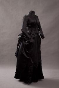 Suknia jedwabna czarna około 1875-1880 - żałobna